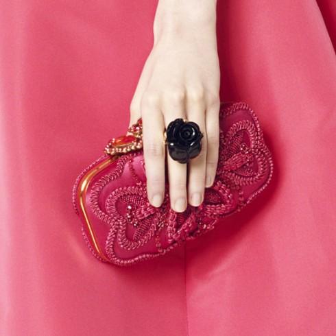Nhẫn và clutch hoa Oscar De la Renta