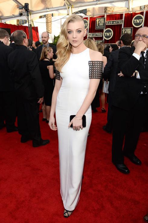 Nữ diễn viên Natalie Dormer mặc đầm trắng Marios Schwab.
