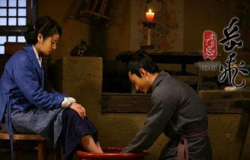 Cảnh Nhạc Phi rửa chân cho vợ