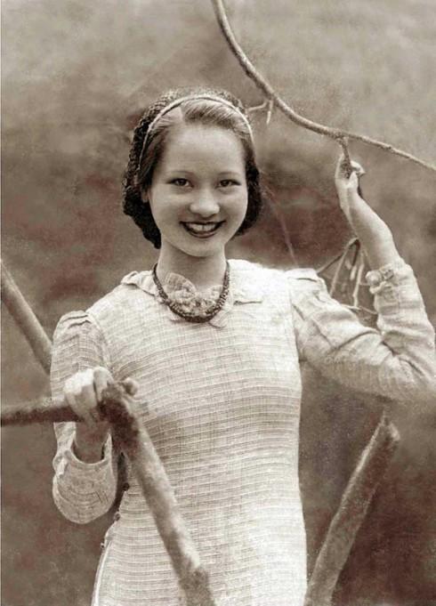 """Áo dài Le Mur bị lên án là """"lai căng"""" với tay phồng, cổ đính nơ (1938)"""