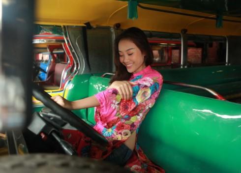 Đoan Trang bụi bặm và cá tính cùng áo dài ngắn cách điệu và quần jeans