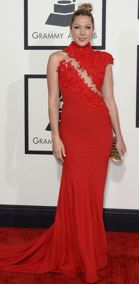 Colbie Caillat trong trang phục đỏ của Ezra Santos.