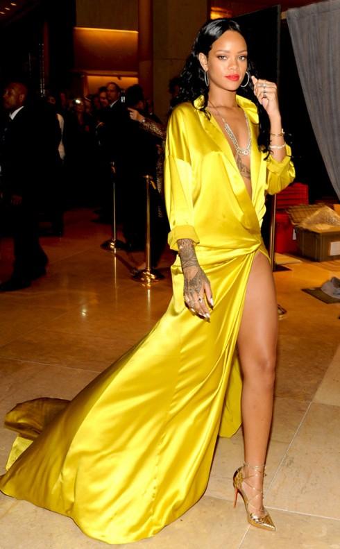 ... trong khi Rihanna nổi bật và quyến rũ.