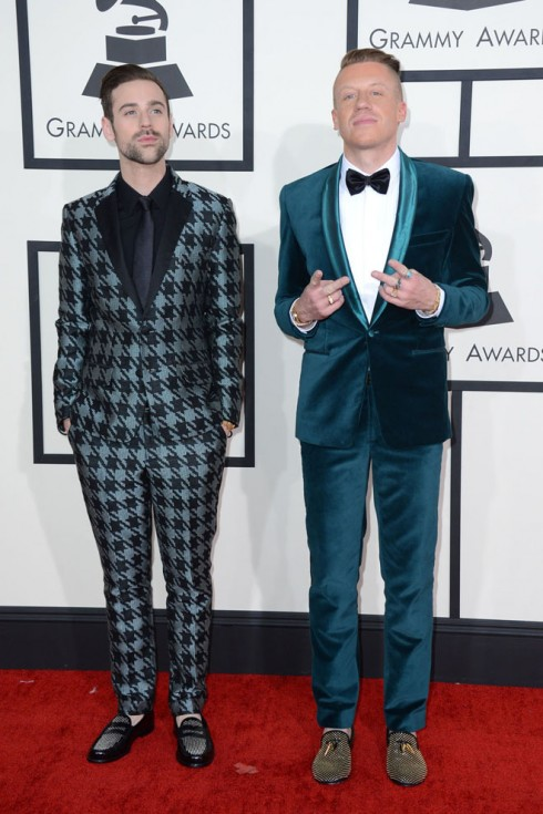 Cặp song ca thắng lớn trong giải Grammy năm nay: Ryan Lewis và Macklemore.<br/>Ryan Lewis, left, and Macklemore arrive at the 56th annual GRAMMY Awards at Staples Center on Sunday, Jan. 26, 2014, in Los Angeles. (Photo by Jordan Strauss/Invision/AP)