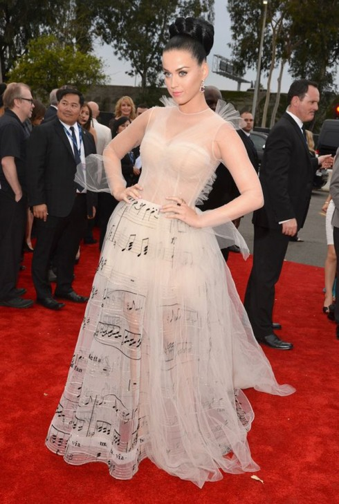 Katy Perry trong chiếc váy Valentino in họa tiết nốt nhạc
