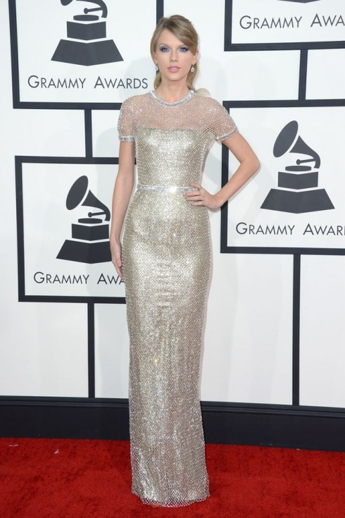 Taylor Swift trong bộ váy metallic của Gucci<br/>Taylor Swift arrives at the 56th annual GRAMMY Awards at Staples Center on Sunday, Jan. 26, 2014, in Los Angeles. (Photo by Jordan Strauss/Invision/AP)