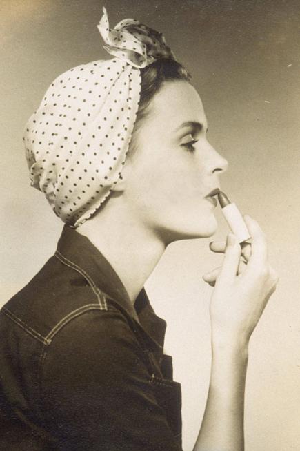 Trong những năm 1930, tiếp thị và quảng cáo đóng một vai trò rất lớn trong ngành kinh doanh son. <br/>Helena Rubenstein, người sáng lập của tập đoàn mỹ phẩm Helena Rubenstein, là người đầu tiên quảng cáo lọa son có chứa chất chống nắng (trước cả khi người ta nhận ra tầm quan trọng của chỉ số chống nắng SPF trong mỹ phẩm).