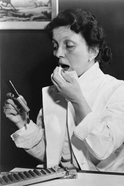 Những năm 1940, son môi trở nên khan hiếm vì chiến tranh, vì vậy nhà hóa học Hazel Bishop phát minh ra loại son không phai màu suốt cả ngày.