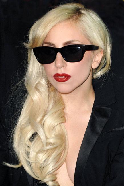 Đến thế kỉ 21, son đỏ vẫn được phái nữ tôn vinh. Đôi môi đỏ rực trở thành phong cách đặc trưng của nhiều ngôi sao Hollywood.
