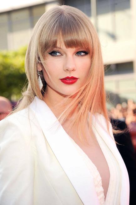 Sau khi phát hành album Red năm 2012, Taylor Swift luôn xuất hiện trên thảm đỏ với đôi môi đỏ nồng nàn gợi cảm.