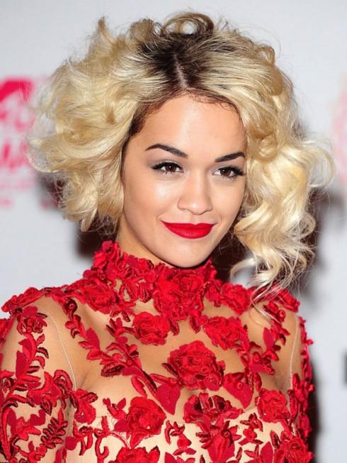 Nhắc đến Rita Ora là người ta nghĩ ngay đến ... son môi đỏ, lúc funky nổi loạn với trang phục hầm hố, lúc nổi bật quyến rũ trong đầm dạ hội.