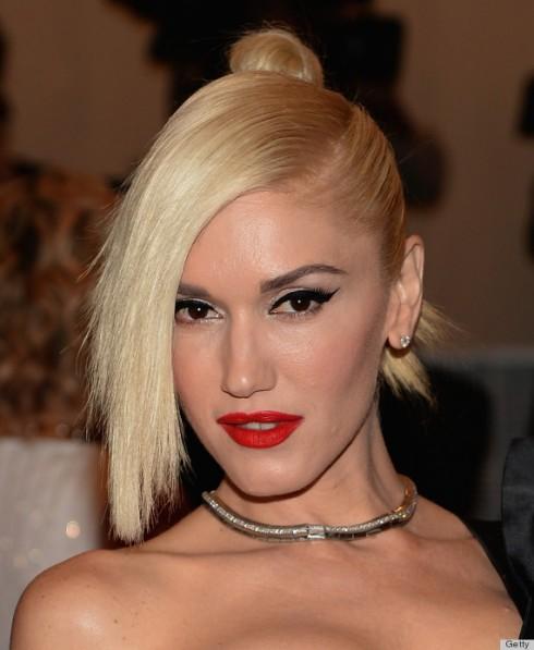 Son môi đỏ cùng với mắt khói cũng là phong cách trang điểm đặc trưng của Gwen Stefani