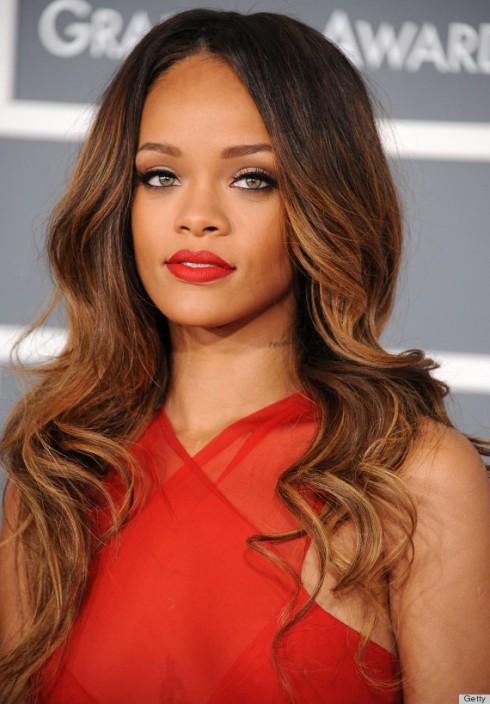 Rihanna dĩ nhiên là một fan trung thành của son đỏ. Cô ca sĩ đình đám hợp tác cùng thương hiệu M.A.C cho ra bộ sưu tập Riri <3 M.A.C, trong đó thỏi son môi đỏ là item được săn lùng nhiều nhất.