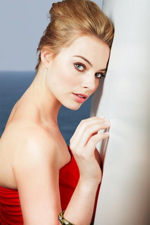 Margot Robbie năm nay 23 tuổi, cô là nữ diễn viên người Úc từng được biết đến với vai diễn Donna Freedman trong phim truyền hình Neighbours và vai Laura Cameron trong seri phim Pan Am.