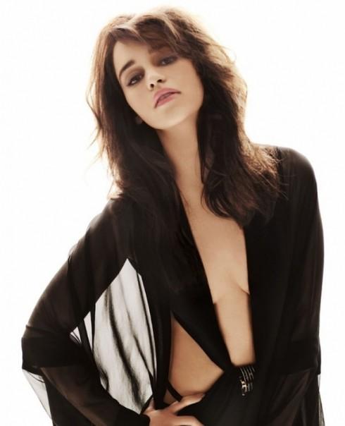 Emilia Clarke năm nay 26 tuổi, cô là một diễn viên người Anhtuwnfg được nhận đề cử Emmy Award cho vai diễn Daenerys Targaryen trong seri phim nổi tiếng trên kênh truyền hình HBO - Cuộc chiến ngai vàng (Game of Thrones).