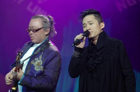 Tùng Dương và Nguyên Lê cùng biểu diễn trên sân khấu