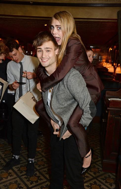 Siêu mẫu Cara Delevinge nghịch ngợm cùng người mẫu Douglas Booth trong buổi tiệc trước lễ trao giải BAFTA.