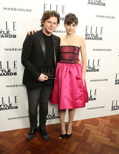Giải Nhà thiết kế Anh của năm: Christopher Kane. Diễn viên Felicity Jones lên trao giải cho anh.
