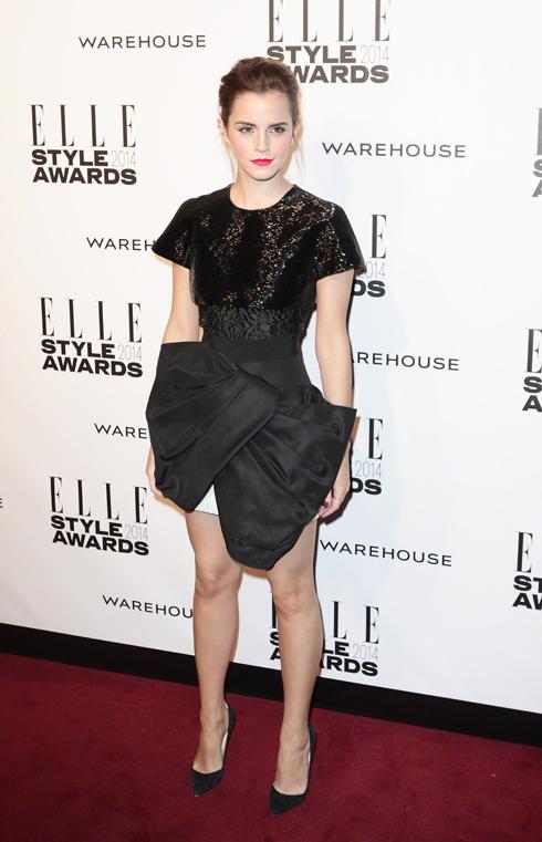 Emma Watson đoạt giải Nữ diễn viên của năm. Cô đã chọn trang phục của Giambattista Valli cho sự kiện này.