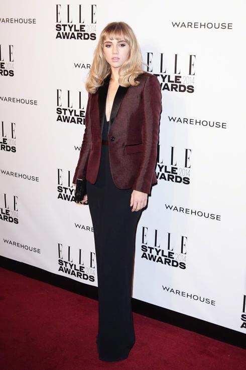 Siêu mẫu này đã chọn đầm Burberry và áo khoác da cho đêm quan trọng.
