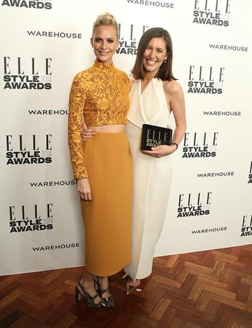 Giải nhà thiết kế trang phục thảm đỏ của năm: Emilia Wickstead. Bên cạnh cô là siêu mẫu Poppy Delevingne, chị gái của Cara Delevingne.