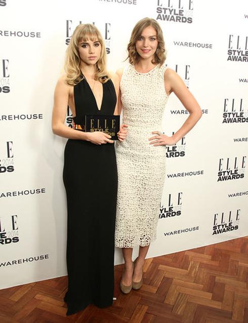 Giải Người mẫu của năm thuộc về Suki Waterhouse (trái), được siêu mẫu Arizona Muse (phải) lên trao tặng.
