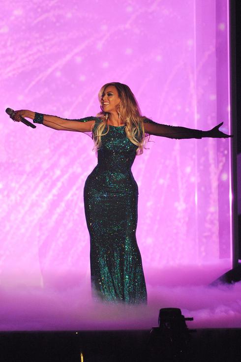 Ca sĩ Beyonce trình diễn trên sân khấu