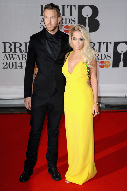 Cặp đôi DJ Calvin Harris và ca sĩ Rita Ora trong trang phục Prada.