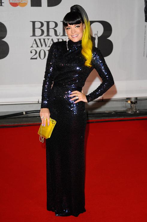 Lily Allen chọn chiếc đầm đen bó sát của Vintage Norrell.