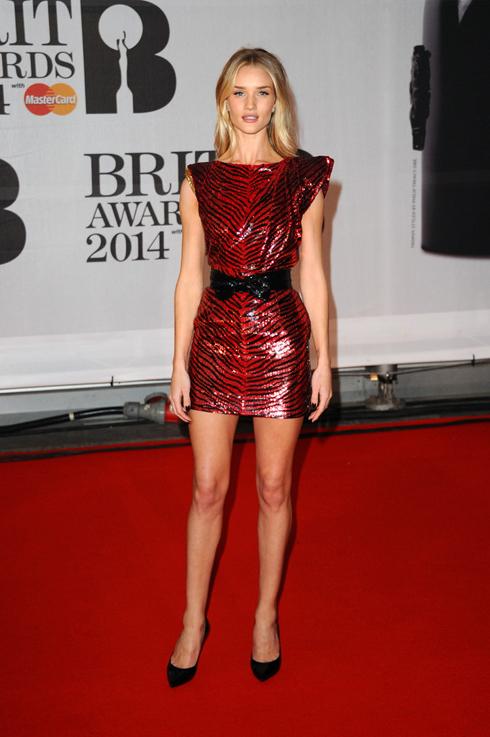 Thiên thần Victoria's Secret đồng thời là ngôi sao phim Transformers Rosie Huntington-Whiteley trong chiếc đầm đỏ Saint Lauren.
