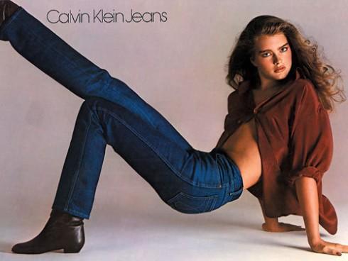 Cùng với Ralph Lauren, Calvin Klein là nhà tạo mốt tiên phong trong việc lăng xê quần jeans. Trong ảnh quảng cáo là người mẫu đình đám lúc bấy giờ Brook Shields.