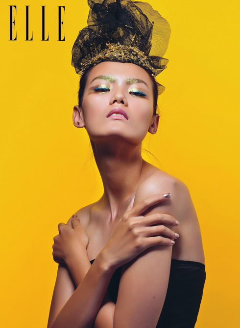 Lấy cảm hứng từ show diễn Xuân - Hè 2014 của Christian Dior, màu nhũ vàng được trải khắp bầu mắt đến chân mày tạo điểm nhấn cho nét đẹp vương giả.