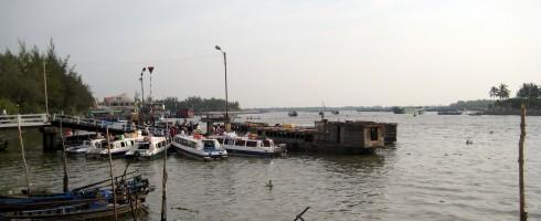 Thuyền trên bến Ninh Kiều