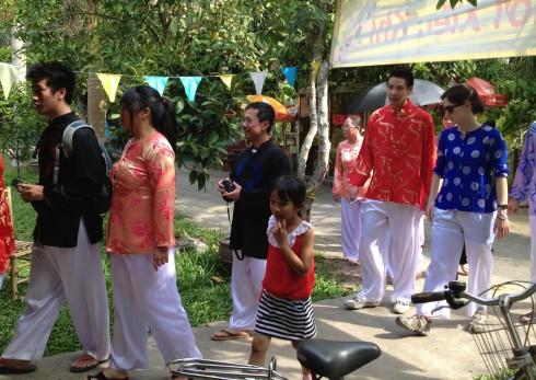 """Một đoàn khách Việt kiều được mặc trang phục quần gấm áo hóa khi tham gia chương trình """"Một ngày làm điền chủ"""""""
