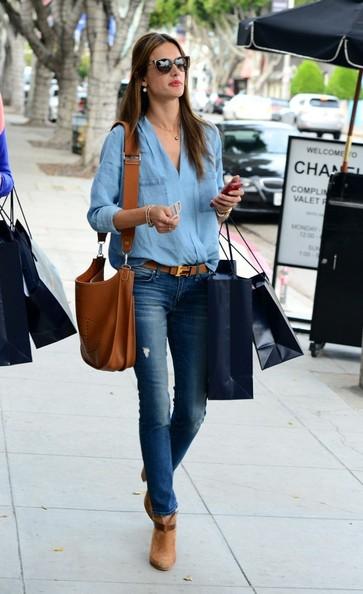 Đơn giản và dễ mặc khi kết hợp cùng quần jeans như Alessandra Embrossio. Bạn hãy nhớ chọn những màu denim khác tông màu nhé.