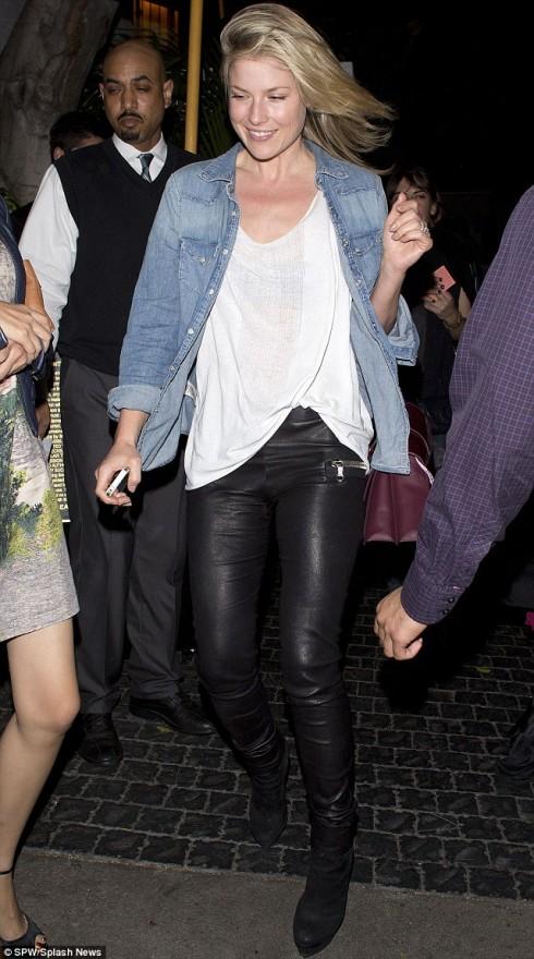 Nữ diễn viên Ali Larter kết hợp với quần da và áo phông trắng mang tới cảm giác thời thượng và cá tính.