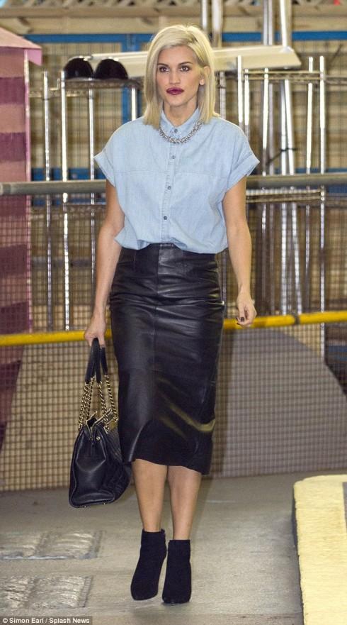 Thanh lịch hơn khi kết hợp với chân váy bút chì như ca sĩ Ashley Roberts.