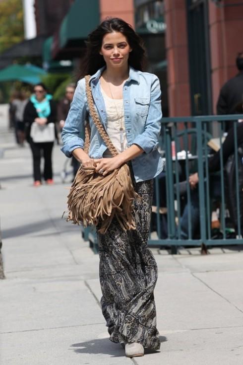 Chân váy maxi, túi tua rua, một phong cách bohemian như Jenna Dewan.