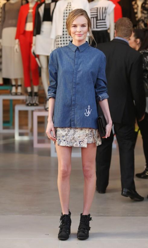 Tại buổi khai trương cửa hàng Topshop, Kate Bosworth kết hợp chiếc áo denim cài kín cổ với chân váy ngắn và giày cao cổ.