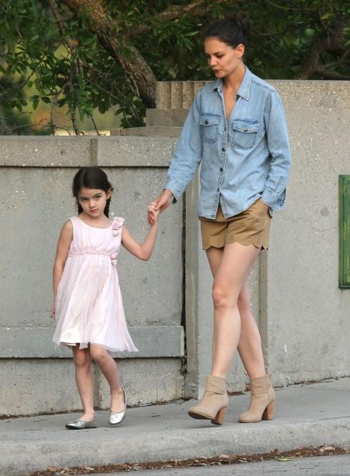 Một bà mẹ quyến rũ khác trong chiếc áo denim: Katie Holmes. Nàng phối cùng quần short và giày bốt màu trầm.