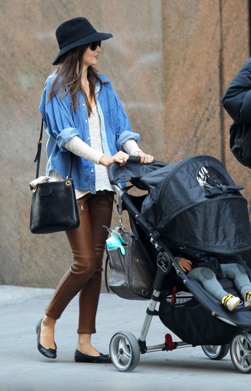 Miranda Kerr chưa bao giờ khiến người hâm mộ thất vọng với phong cách thời trang của mình. Cô dùng áo sơmi denim làm item khoác ngoài, phối cùng áo sweater trắng và quần da màu nâu.