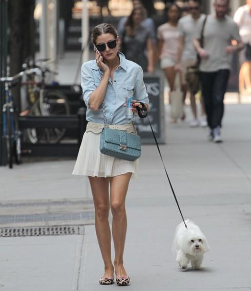 Một chiếc sơ mi denim khi kết hợp cùng chân váy xòe ngắn và giày bệt sẽ giúp cho người mặc có vẻ ngoài vừa duyên dáng, nữ tính lại có chút mạnh mẽ như cô nàng Olivia Palermo.
