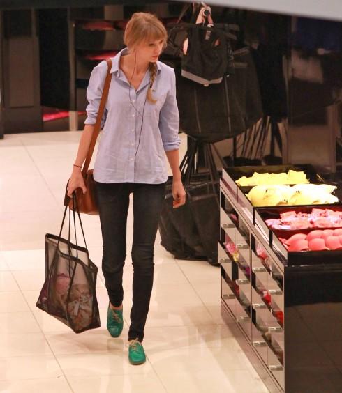 Taylor Swift vẫn đơn giản nhưng sành điệu như mọi khi, chọn quần skinny jeans, giày bệt và tóc bím.
