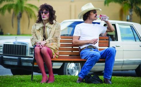 """Jared Leto (trái) trong vai khách hàng của Ron, anh là một người chuyển đổi giới tính thành nữ, nghiện ma túy và cũng bị nhiễm HIV. Đóng vai này là sự """"hy sinh"""" cực lớn của Jared Leto."""
