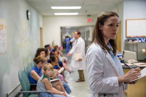 Jennifer Garner trong vai bác sĩ giúp Ron nghiên cứu tiềm ra phương pháp chữa trị căn bệnh thế kỉ AIDS.