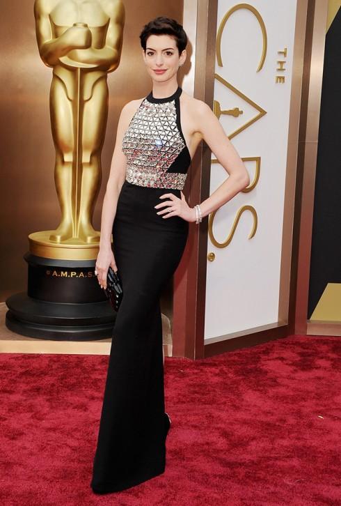 Anne Hathaway trong chiếc đầm đen ánh kim của Gucci