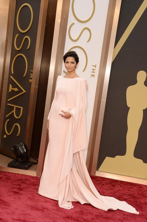 Siêu mẫu Camila Alves chọn một chiếc đầm kín đáo và thanh lịch của Gabriela Cadena.