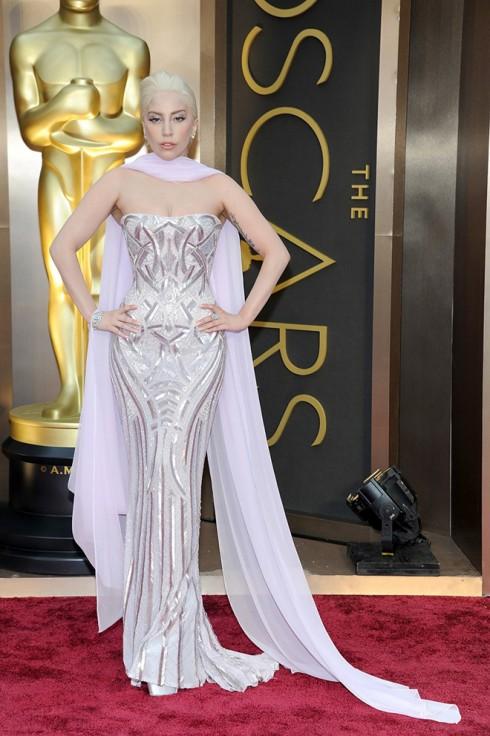 Ca sĩ Lady Gaga lần này không mặc trang phục gây sốc nữa mà chọn một chiếc đầm quý phái của Atelier Versace.