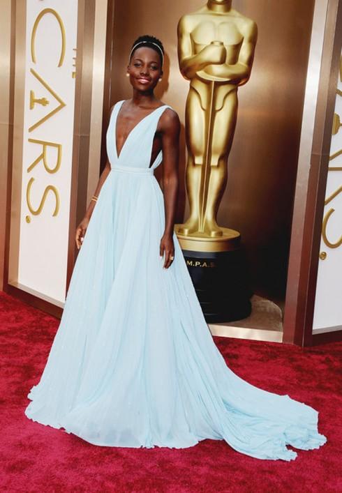 Nữ diễn viên đoạt giải Nữ diễn viên phụ xuất sắc nhất của phim 12 years a slave - Lupita Nyong'o trong trang phục Prada.