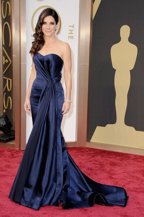 Sandra Bullock trong trang phục Alexander McQueen